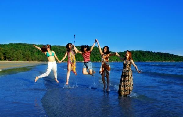 Bãi biển Vàn Chảy sóng to, cát trắng và nước xanh yên bình, tinh khôi.
