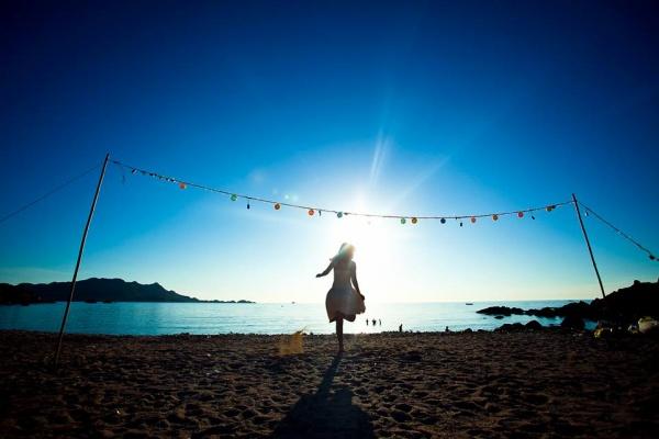 Đến Vàn Chảy đón ánh nắng hiền hòa và không khí thanh bình buổi sớmNgủ lều đêm trên bãi biển Vàn Chảy cũng là một trải nghiệm tuyệt vời