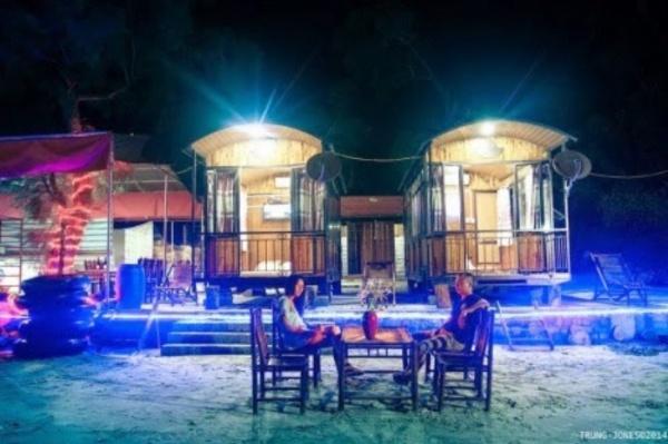 Ngủ lều đêm trên bãi biển Vàn Chảy cũng là một trải nghiệm tuyệt vời